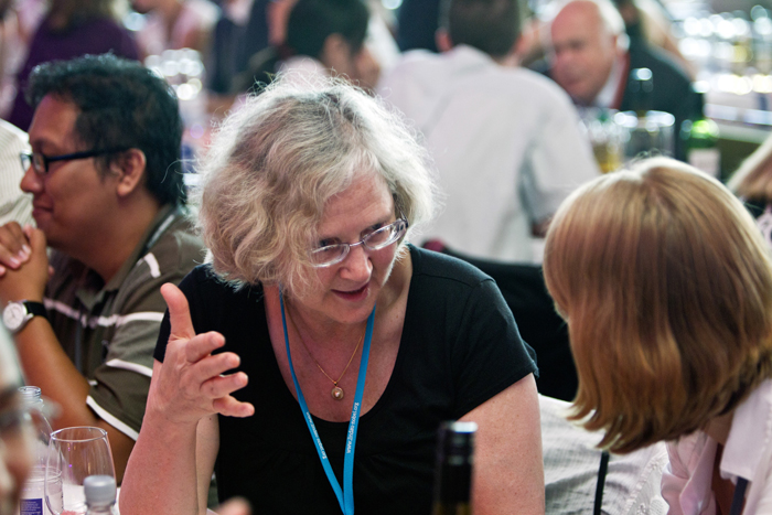 Prof. Elizabeth Blackburn having a chat with a young scientist. Photo: C. Flemming/Lindau Nobel Laureate Meetings